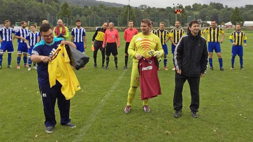 Josef Kainc oslavil 30 let. Blahopřáli mu Patrik Krull (vlevo) a trenér Josef Kuneš. Oslavenec odchytal první poločas.