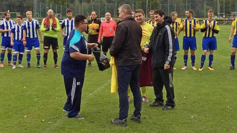 Václav Turek st. přebírá dary ke svým padesátinám. V týmu pokračují v jeho šlépějích oba synové.