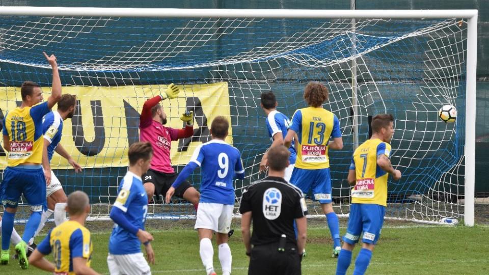 V poslední minutě první půle dává hlavou druhý gól Teplic obránce Jeřábek (č. 18).