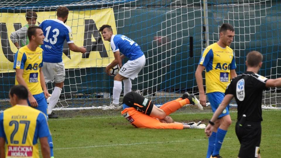 Střídající Leoš Vozihnoj běží rychle pro míč, který poslal do sítě Zbyněk Musiol a snížil na minimální rozdíl.