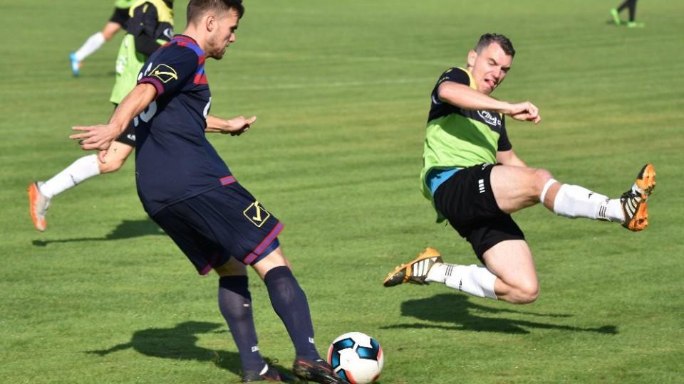 Hradecký Vít Kučera zahrává míč před Josefem Mrázem.