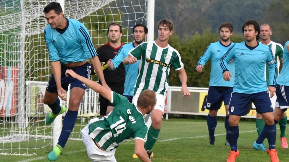 Knakal porazil Růžičku a hlavičkuje míč do bezpečí. Přihlížejí Holub a kapitán Novák, který obstaral vyrovnání.
