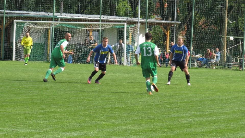 Lukáš Fessl by rád mezi dvojicí Robert Daniel Josef Gondek přihrál míč nabíhajícího Jakubu Lísalovi.