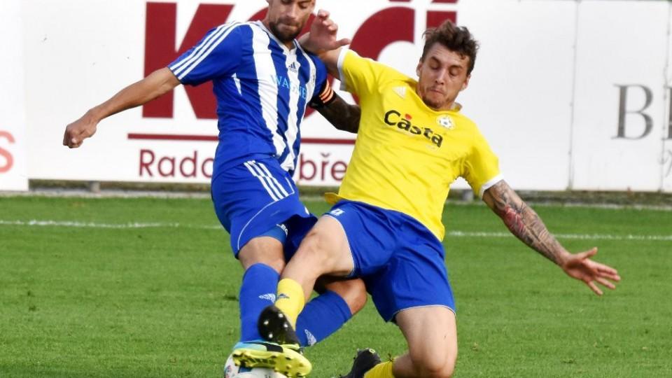 Petr Mužík si kryje míč, Václav Milec do něj zajíždí šlapákem.