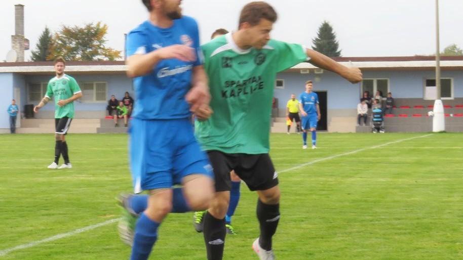 Jan Štrbačka odhlavičkoval míč před Tomášem Kaňou.