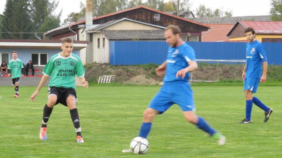 Tomáš Kaňa rozehrává míč pod dohledem Marka Urazila.