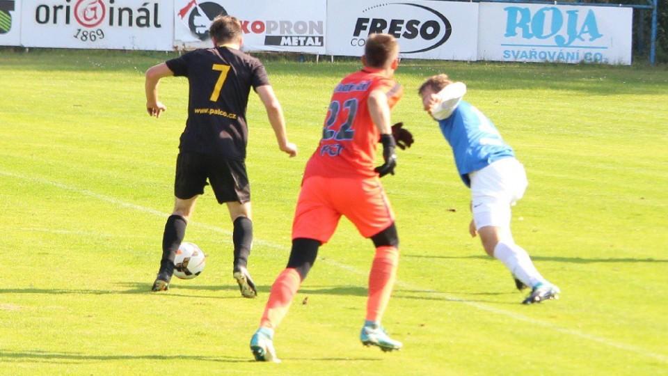 Agilní Stanislav Pacholík proniká táborskou obranou a za chvilku vyrovná na 1:1.