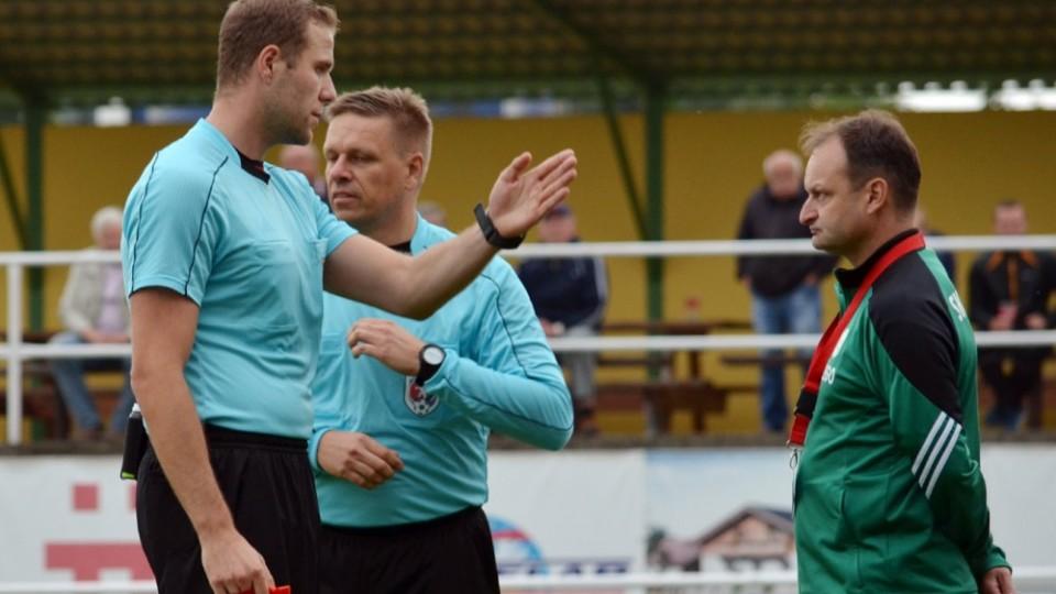 Domácí trenér Ivo Čech byl po kritice rozhodčích vykázán ze střídačky.