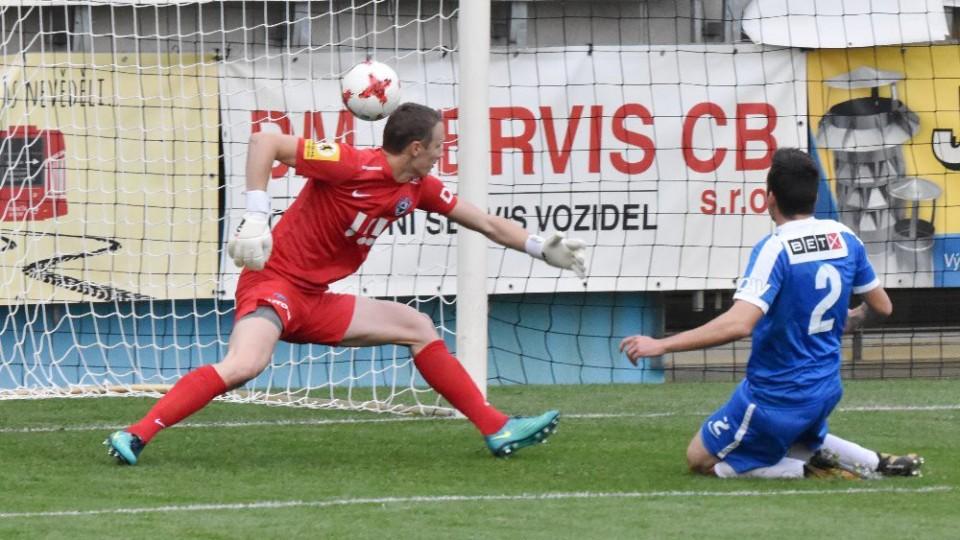 Dezorientovaný obránce Vítkovic Cverna si dává už ve třetí minutě vlastní gól.