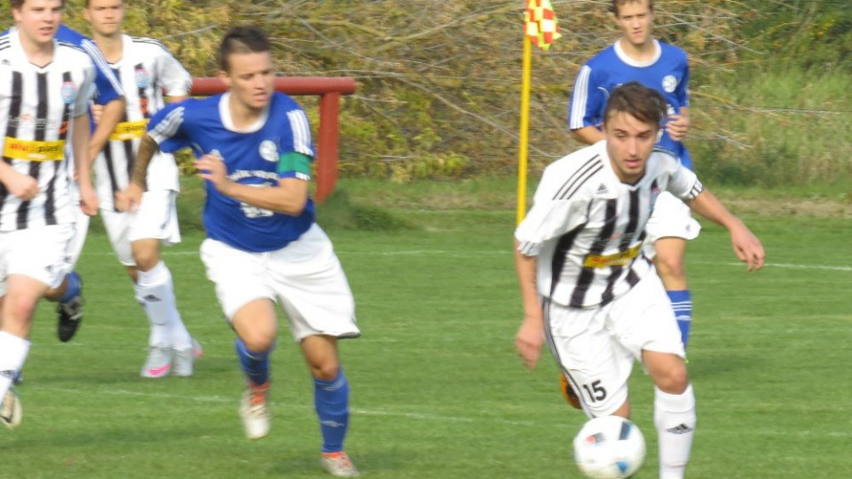 Patrik Micák vyváží míč před kapitán hostů Pavlem Špalem.