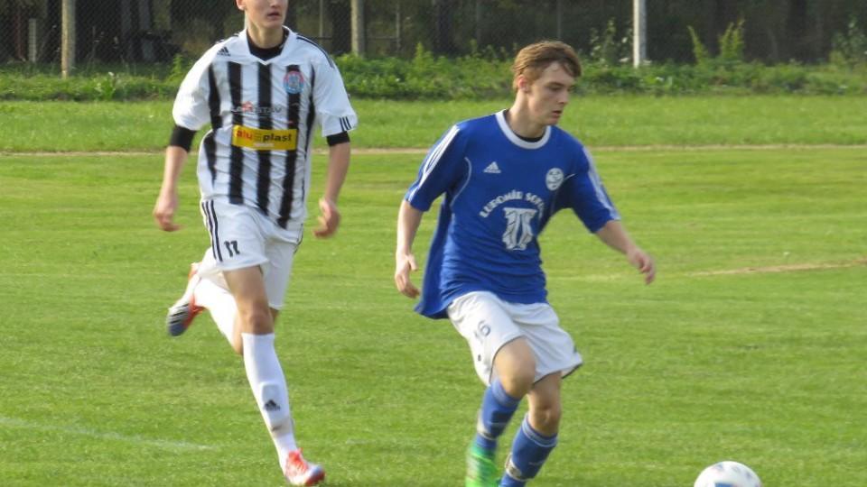 David Čáp v tuto chvíli na míči, dobíhá jej dvougólový Marek Urazil.
