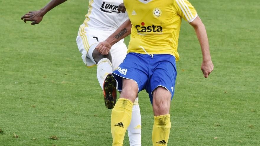 Muamer Avdić odehrál míč před Diopem.