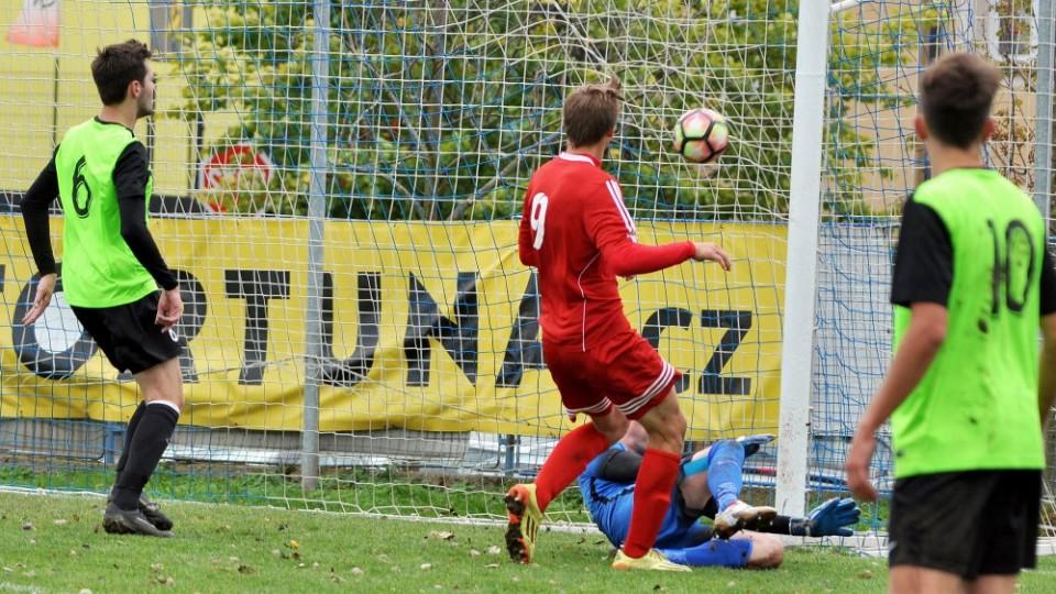 Martin Průcha dává po hodině hry třetí gól Třeboně.