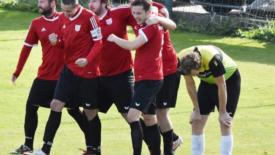 Sokolové se radují po třetím gólu v síti Hulínka.