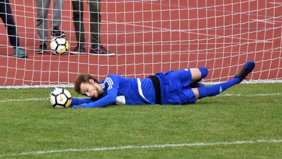 Brankář Čížové Jan Satrapa likviduje neúspěšně kopnutou penaltu Antonína Presla.