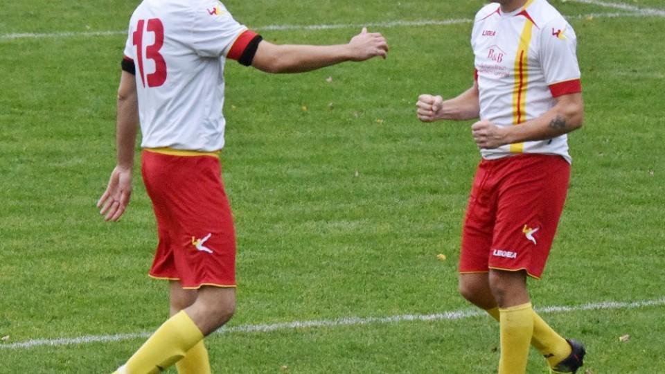 Tomáš Kostka (vpravo) právě pečetil druhým gólem vedení Strakonic. Blahopřát mu jde čerstvý Jan Liška, jehož střídání rozhodčí zapomněli zaznamenat do zápisu o utkání.