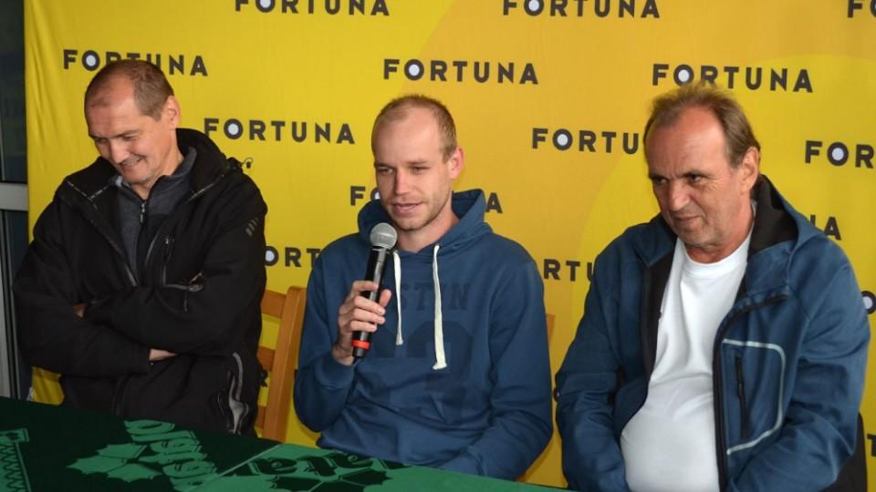 Protivínský kapitán to zvládl i s mikrofonem v ruce. Vlevo sedí kouč Juraj Kobetič, na druhé straně předseda Václav Křišťál.
