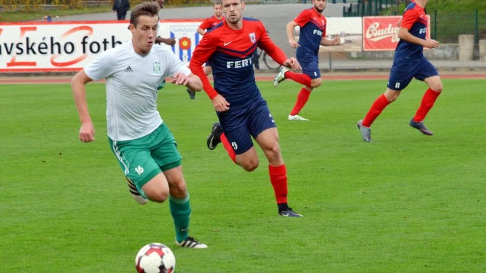 Vojtěch Bürger (u míče) byl střelcem jediného gólu v sobotním derby.