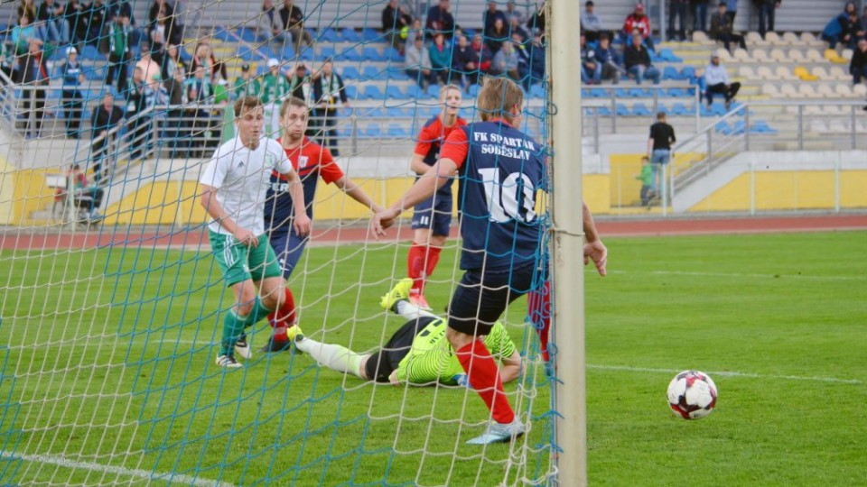 Pavel Nohava vykopává míč za překonaným Kuníkem.