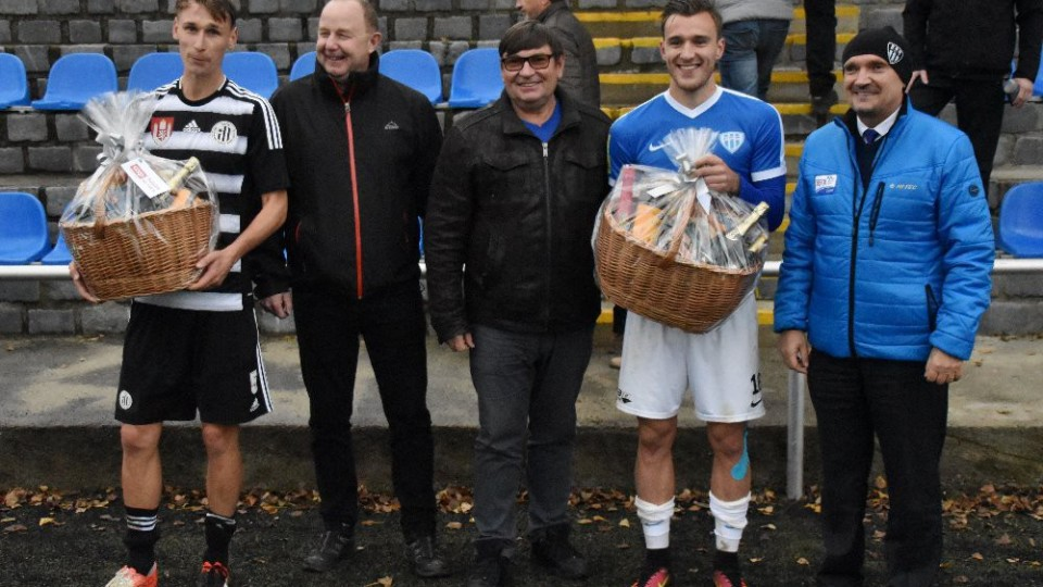 Dárkový koš pro nejlepší hráče obou týmů převzali od táborských pořadatelů Novák (Dynamo) a Klusák (Táborsko).