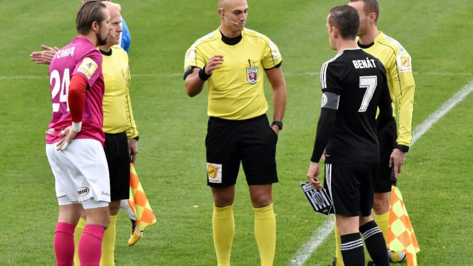 Hlavní arbitr Ondřej Ginzel při losování s oběma kapitány.