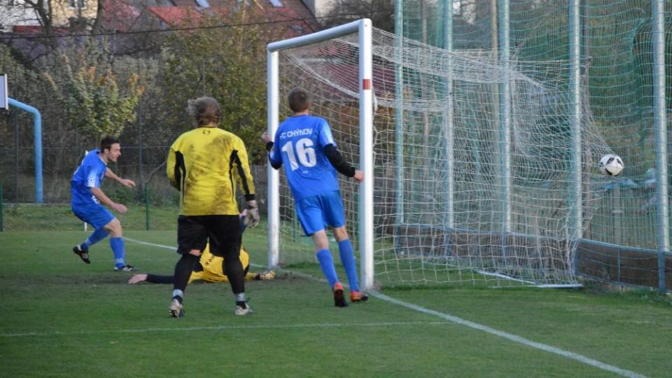 Po vzorné přihrávce Václava Hrušky (č. 16) skóroval Vlastimil Hruška gól. Chýnov šel do vedení 2:1.