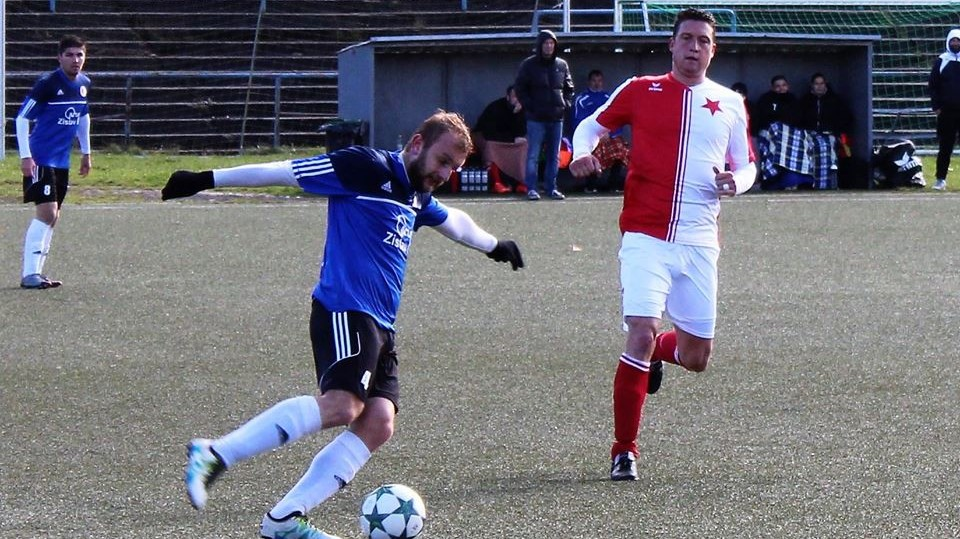 Ve svých bílých dresech Soběslavští (na snímku Jan Suchan) hrát nemohli, museli si od domácích zapůjčit modré.
