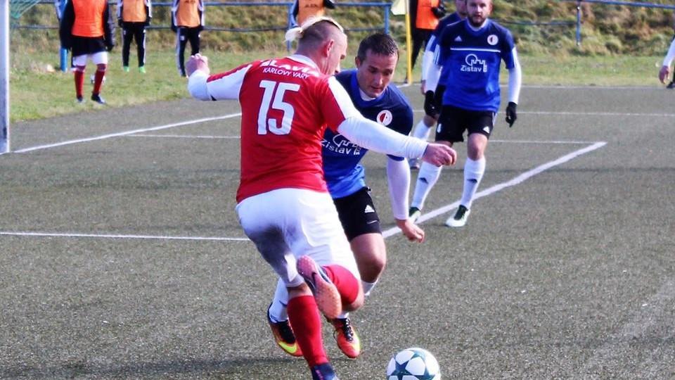 Geňo se snaží odcentrovat přes obránce Spartaku Karla Chotovinského.