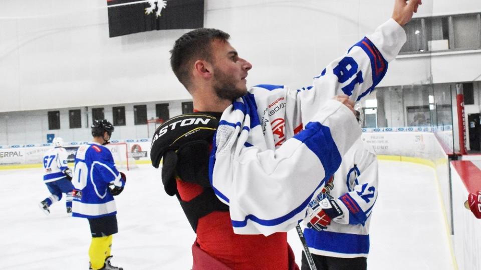 Petr Zavadil navléká dres hokejových kohoutů.