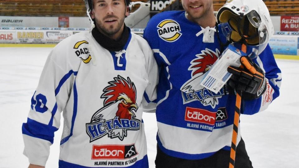 Nejlepšími hráči obou týmů byli Jan Štohanzl (v bílém) a Zbyněk Musiol.